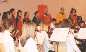 Concert de Noel de la chorale  Ut en Piste et de l'Orchestre de L'Ecole de Corrdes du Loudunais. Gymnase de Moncontour